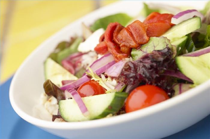 gesunde fette gesundheit frische salate tomaten gurken zwiebenl olivenöl