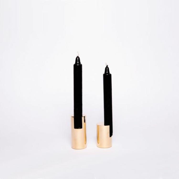 goldfarbene skandinavische Wohnaccessoires Kerzenhalter schwarze Kerzen