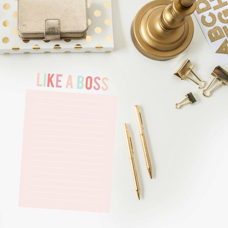 goldfarbene skandinavische Wohnaccessoires Schreibtisch Deko Kerzenständer