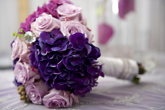 hochzeitsfeier ideen brautstrauß violettnuancen blumen