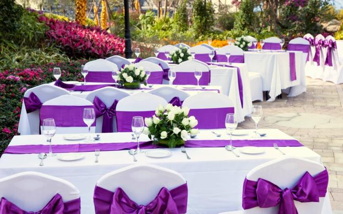 hochzeitsfeier ideen violett tischdeko tischläufer gartenparty ideen