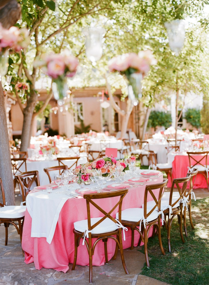 hochzeitsplanung dekoideen gartenparty rosa akzente blumen weiße tischläufer