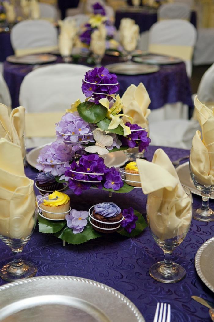 hochzeitsplanung violett dekoideen blumen tisch dekorieren