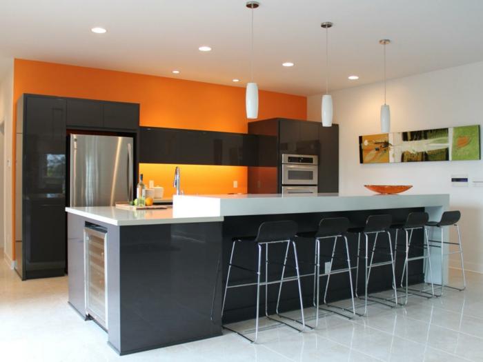 innendesign küche gestalten orange schwarz kombinieren bodenfliesen