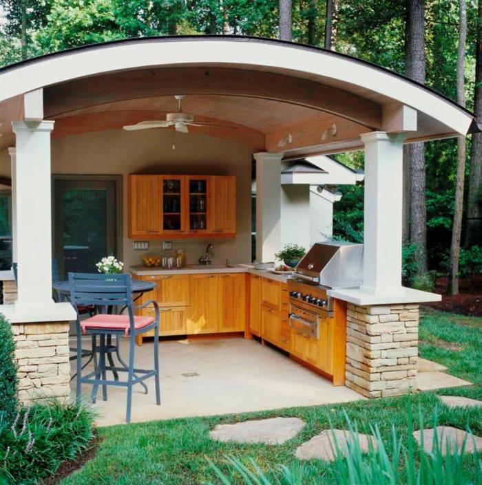 küchenschränke holz außenküche gestalten ideen grün pflanzen gartenweg
