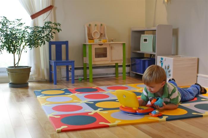 kinderzimmer teppich farbig jungenzimmer kleiner junge spielend