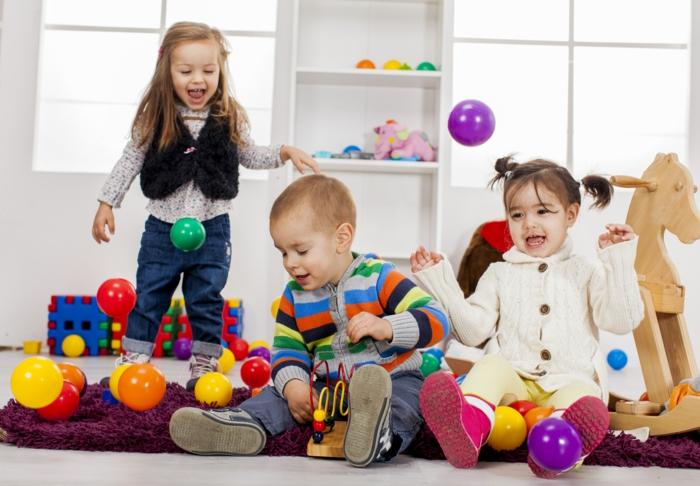 kinderzimmer teppich lila teppich kinder spielend
