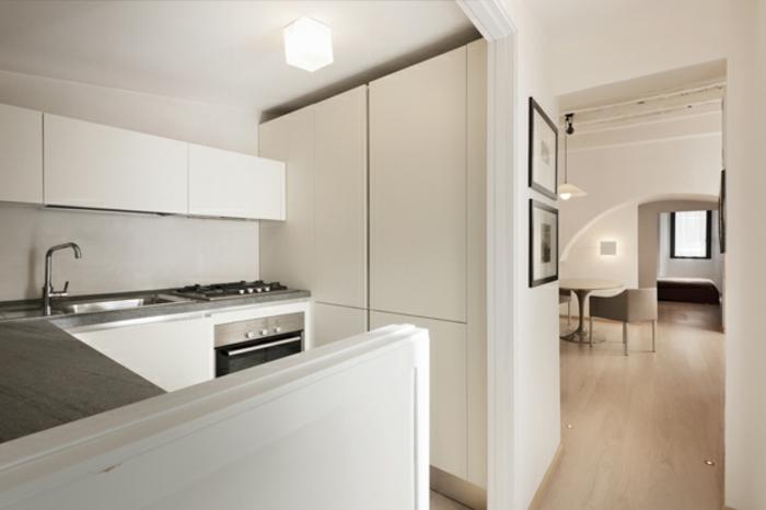 kleine küche penthousewohnung weiße schränke arbeitsfläche grau laminat