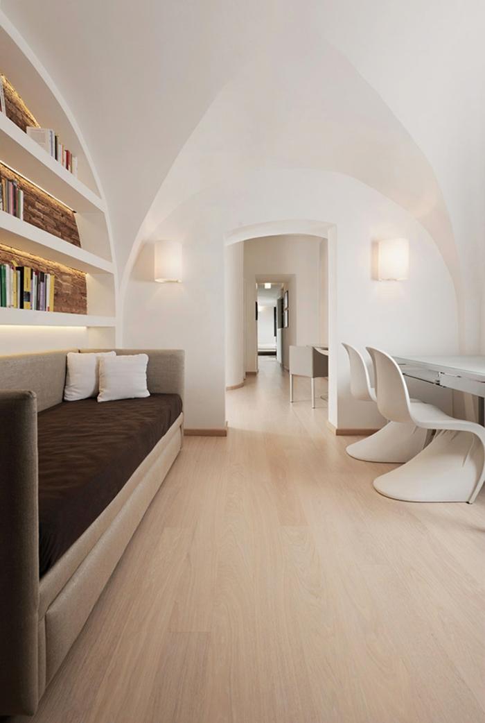 kleinepenthousewohnung minimalistisches innendesign weiße wände panton plastikstühle sofa bücherregale