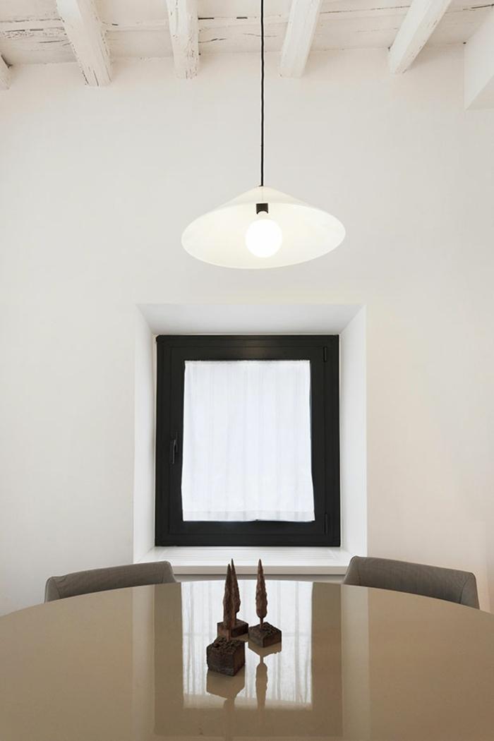 kleine penthousewohnung rom weiße wände beige esstisch oval tischdekoration holz