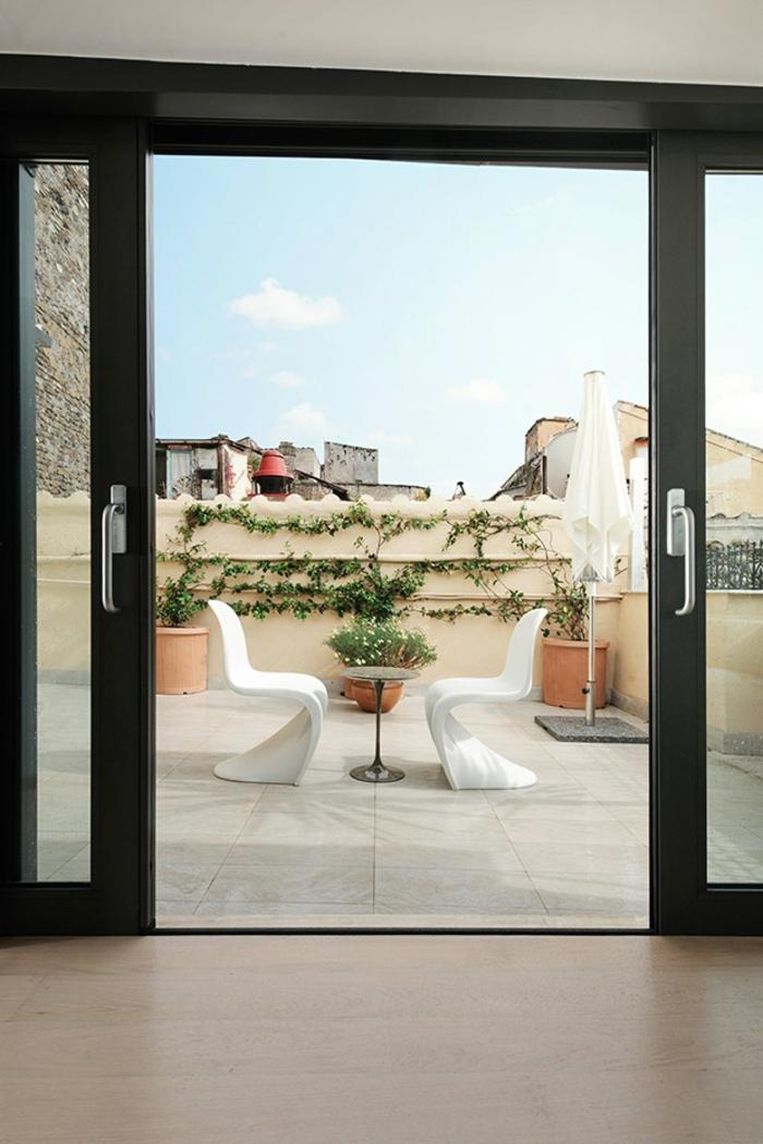 kleine penthousewohnung weiße pantonstühle balkonmöbel schiebetüren