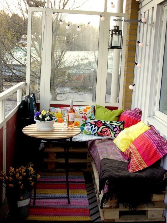 möbel aus paletten runder tisch sofa teppichläufer dekokissen decken