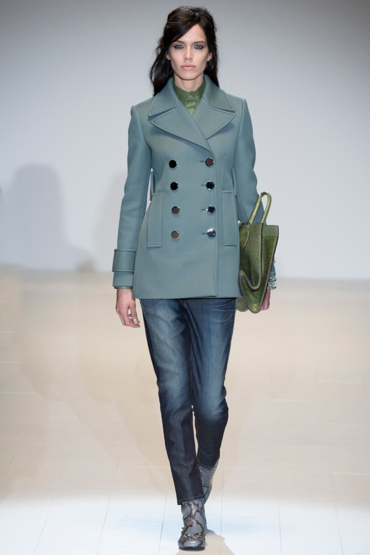 moderne Damenmantel aktuelle Trendfarben blautöne Knopfleiste