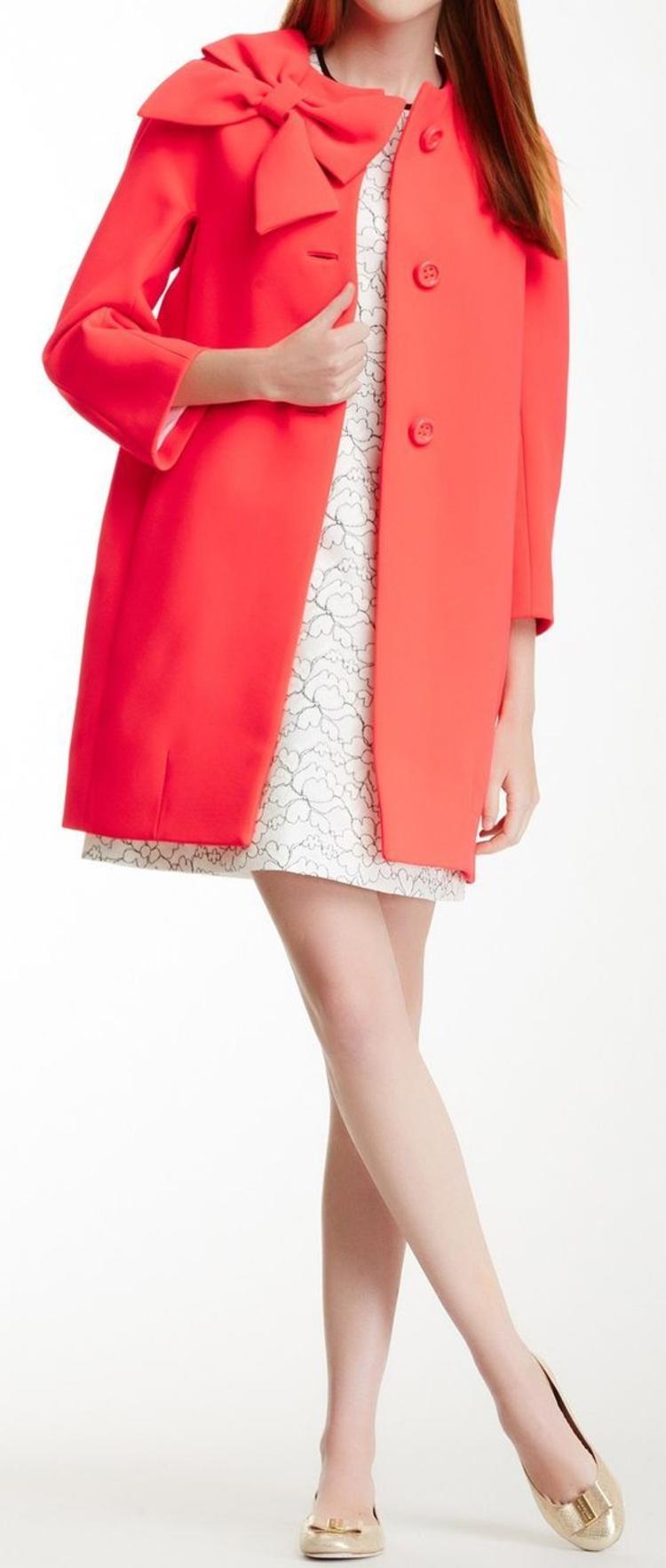 moderne Damenmäntel aktuelle Trendfarben lachsrot elegant Schleife