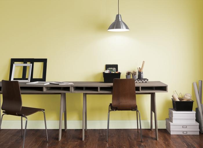 modernes home office büroeinrichtung schreibtische stühle parkett gelbe wandfarbe