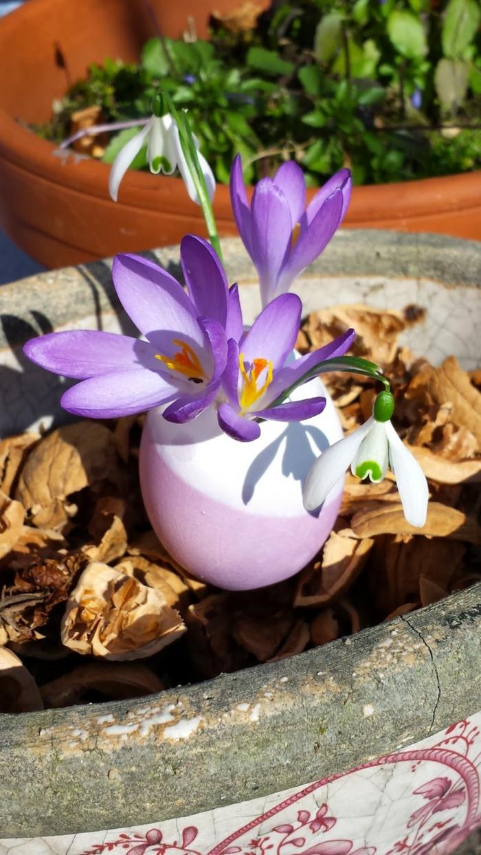 osterdeko basteln eierschalen vasen blumendeko frühlingsstimmung