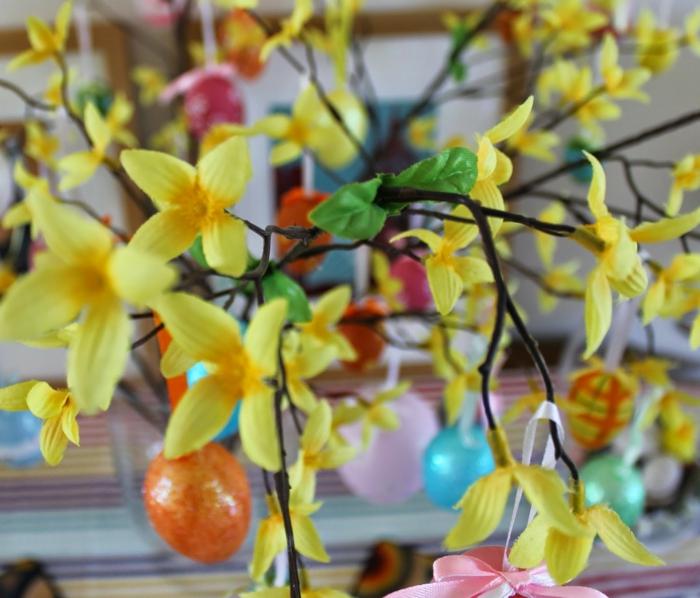 osterdeko blumen dekorieren farbige ostereier aufhängen