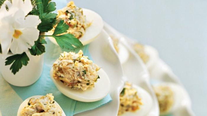 osterdeko garten festliche tischdeko essen eier blumen