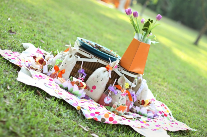 osterdeko garten picknick farbige decke lustig festlich
