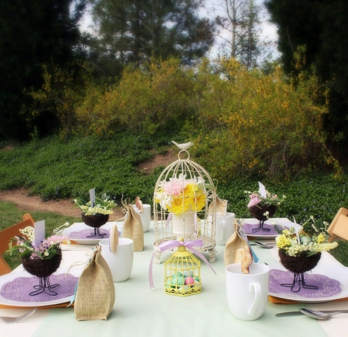 osterdeko garten tischdeko farbige ostereier lila akzente blumen