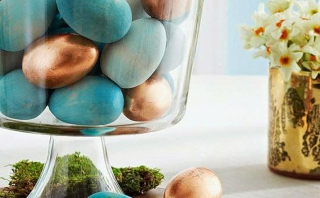 osterdeko-ostern-tischdeko-blaue-ostereier-färben-blau-gold-kupfertöne-moos-glasschale-holz