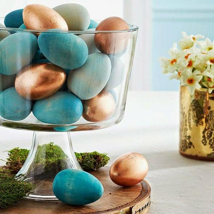 osterdeko ostern tischdeko blaue ostereier färben blau gold kupfertöne moos glasschale holz