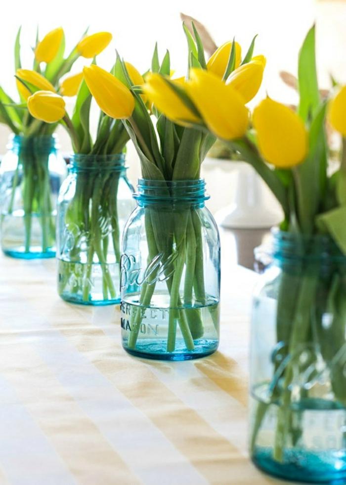 osterdeko ostern tischdekoration frühlingsblumen gelbe tulpen einweckgläser