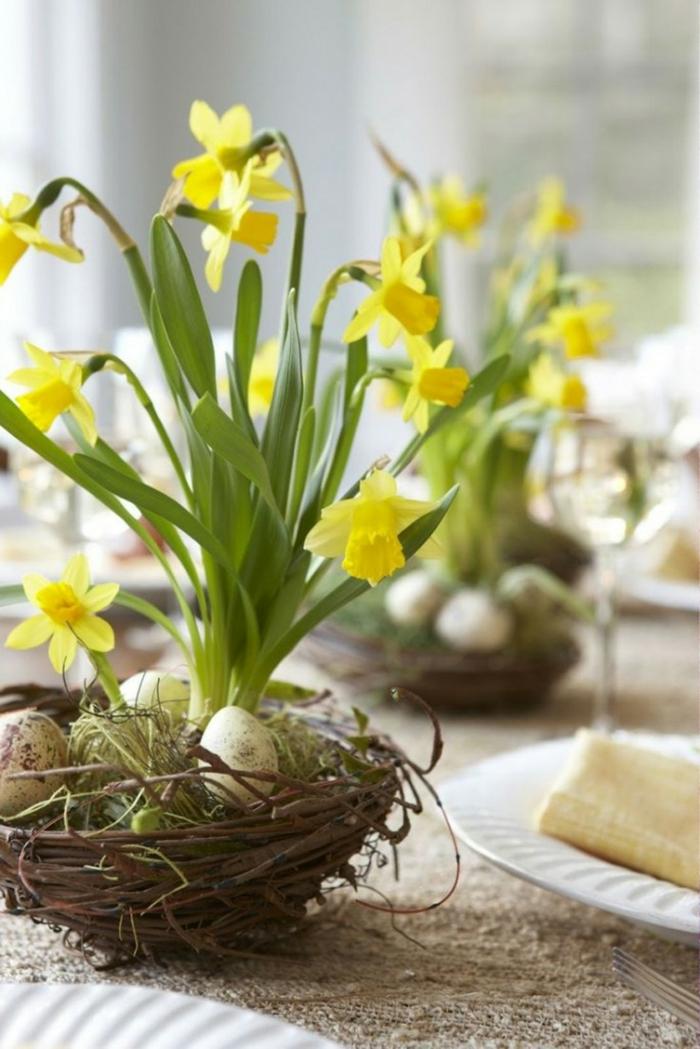 osterdeko ostern tischdekoration frühlingsblumen narzissen wachteleier ostereier neste