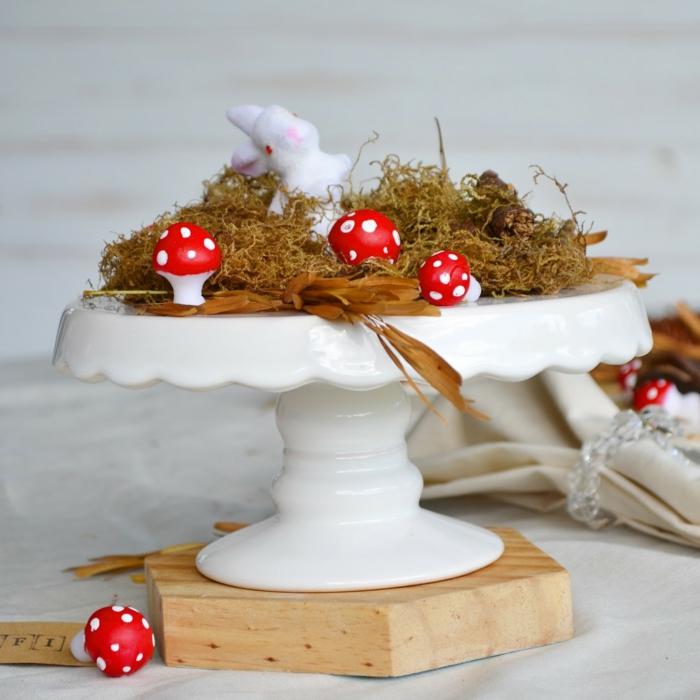 osterdeko ostern tischdekoration selber machen moos tortenständer porzellan osterhase