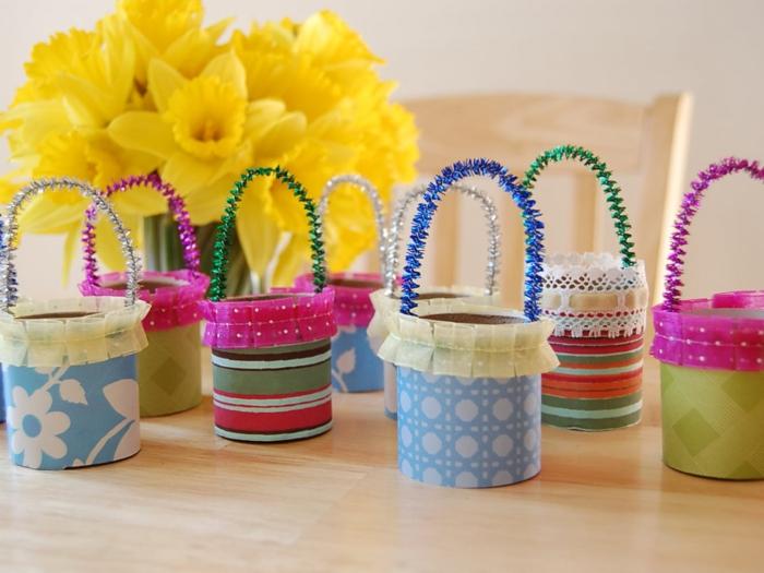 osterdeko selber machen papierrollen gebrauchen farbig machen eierkörbe frühlingsblumen