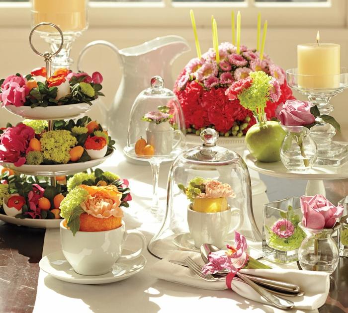 osterdekoration tisch porzellan weiß tortenglocken tortenständer frühlingsblumen ostereier eierschalen