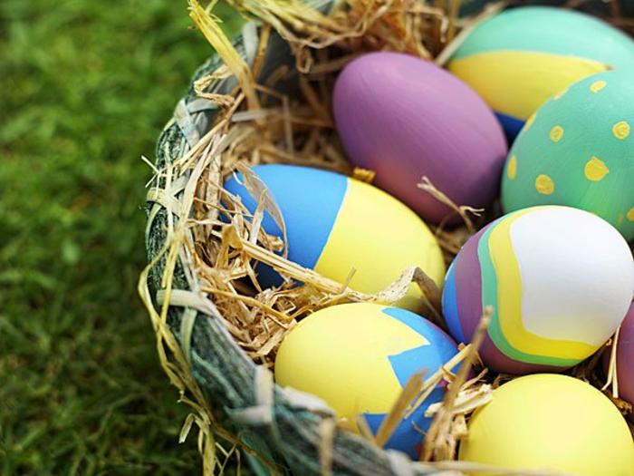 ostereier bemalen aquarellfarben eier faerben pastellfarben basteln mit kindern