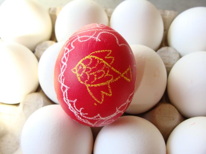 ostereier bemalen basteln mit kindern weiße eier wachs fisch