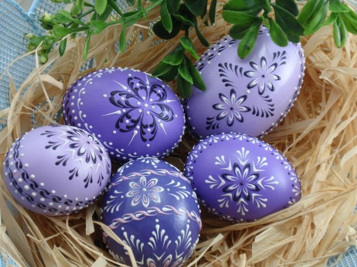 ostereier bemalen blumen lila blau osterdeko selber machen