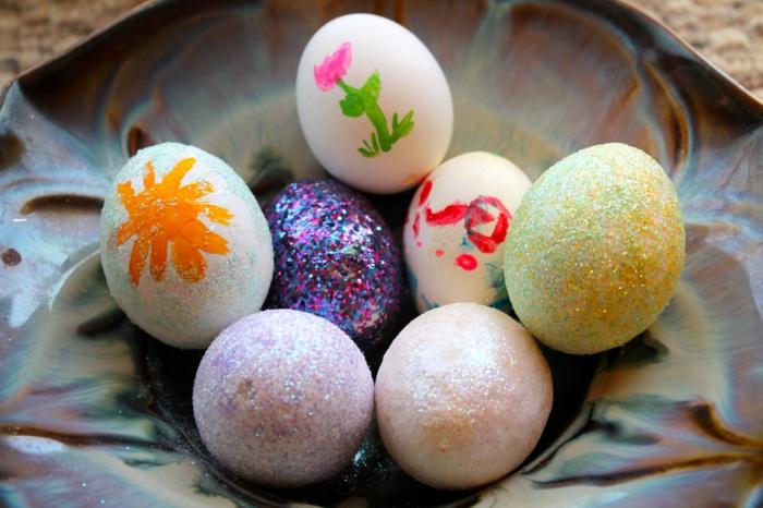 ostereier bemalen dekorieren glitzerpulver basteln mit kindern
