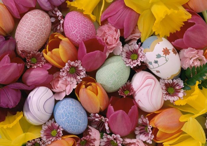 ostereier bemalen eier dekorieren pastellfarben frühlingsblumen
