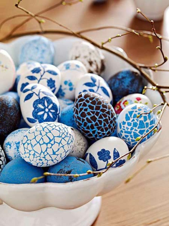ostereier bemalen gestalten blau weiß blumenmuster mosaik
