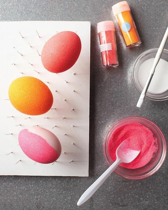 ostereier bemalen glitzerpulver eier faerben