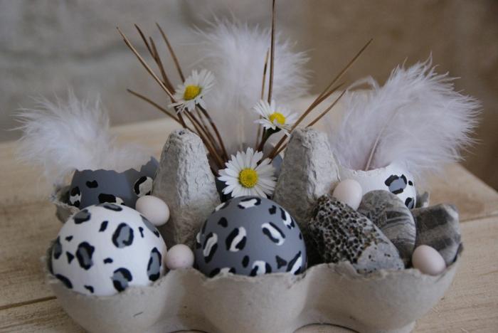 ostereier bemalen grau weiß weiße feder eierkarton osterdeko