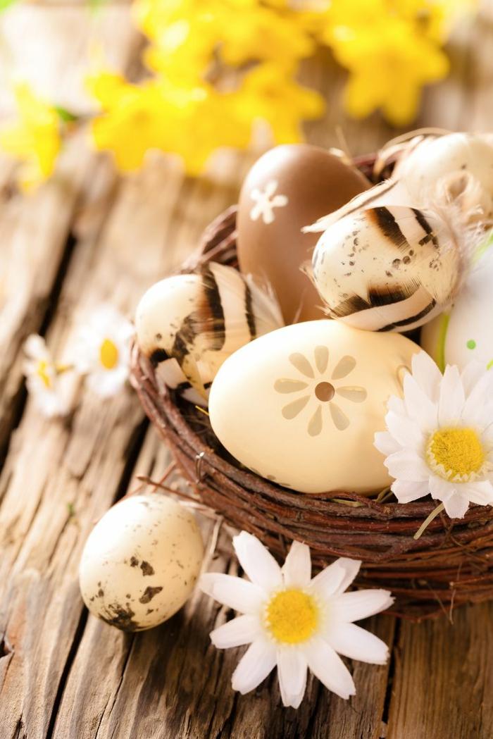 ostereier bemalen naturfarben beige braun gänseblümchen