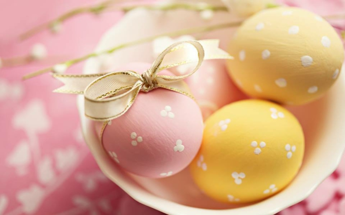 ostereier bemalen pastellfarben rosa gelb weiße punkte