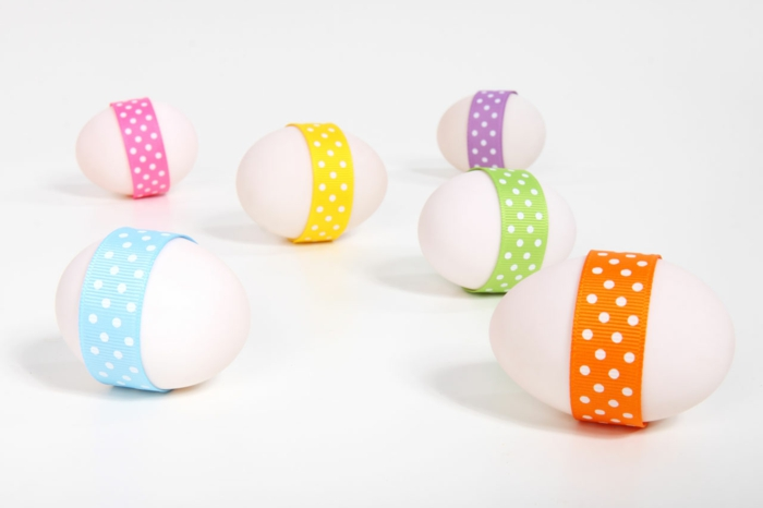 ostereier dekorieren weiße eier stoffbänder getupft osterdeko