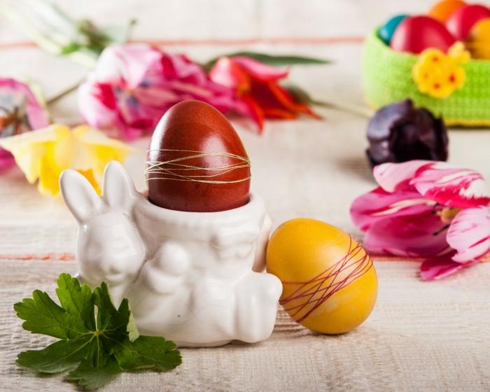 ostereier faerben einfarbige eier gestalten dünne fäden osterdeko