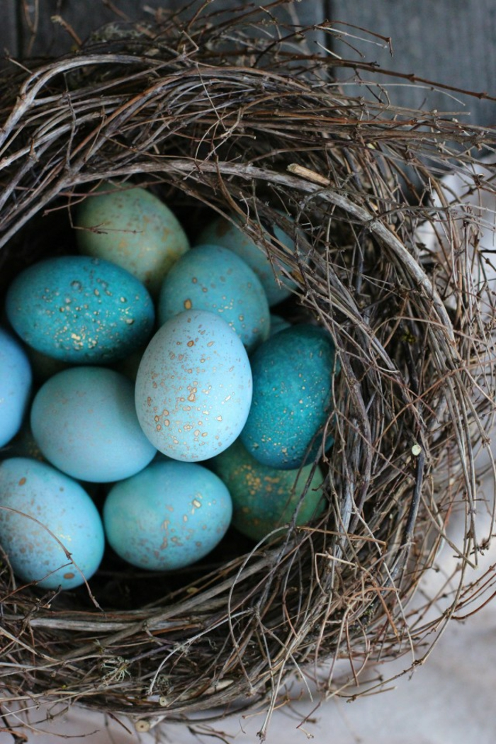 Ostereier bemalen blau grün gold nest baumzweige osterdeko