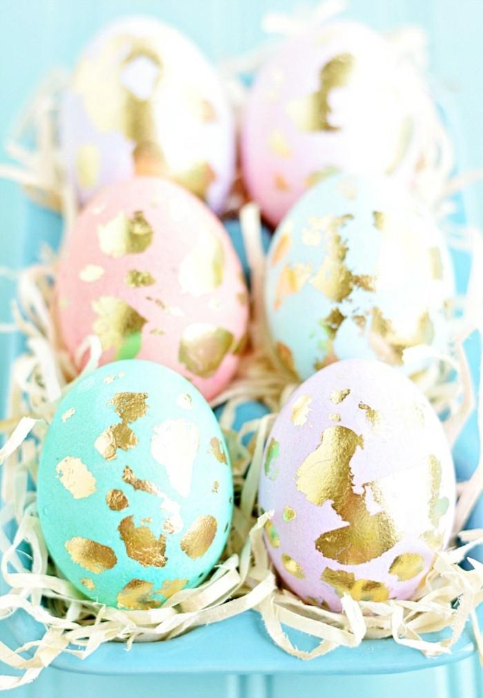 ostereier gestalten blau rosa pastellfarben gold eierkarton