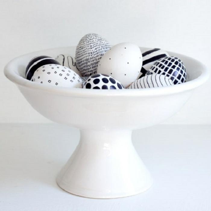 ostereier gestalten schwarz weiß geometrische muster osterdeko tischdekoration