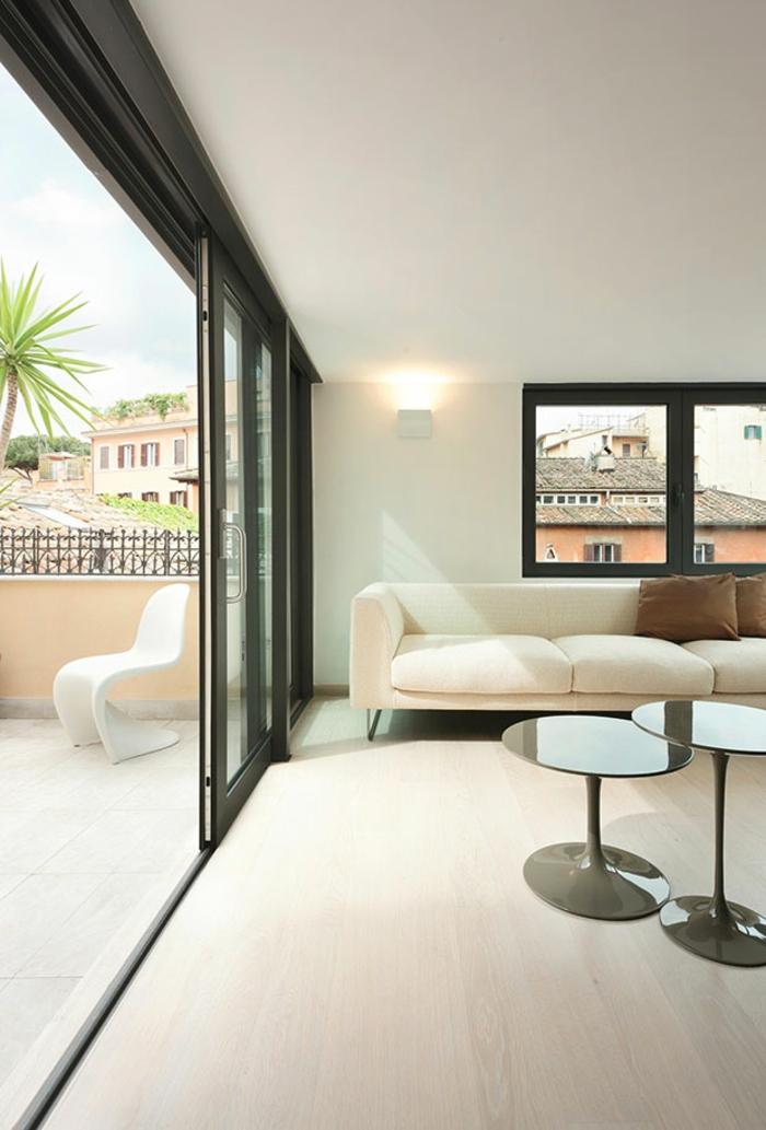 penthousewohnung einrichten rom wohnzimmer runde beistelltische creme weiß sofa kissen braun balkon schiebetüren