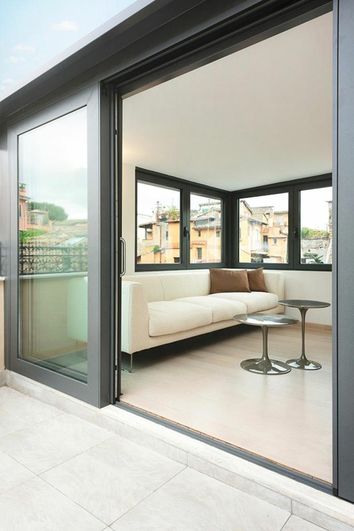 penthousewohnung einrichten wohnzimmer balkon weißes sofa runde metallene beistelltische