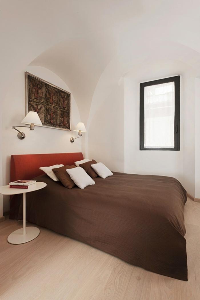 penthousewohnung rom schlafzimmer weiße wände minimalistische inneneinerichtung doppelbett wandleuchten runder beistelltisch