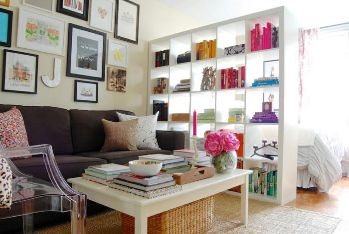 raumgestaltung raumteiler bücherregale couchtisch sofa wohnzimmer